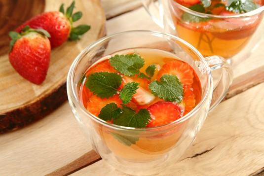 Herbaciany napój z truskawkami i melisą