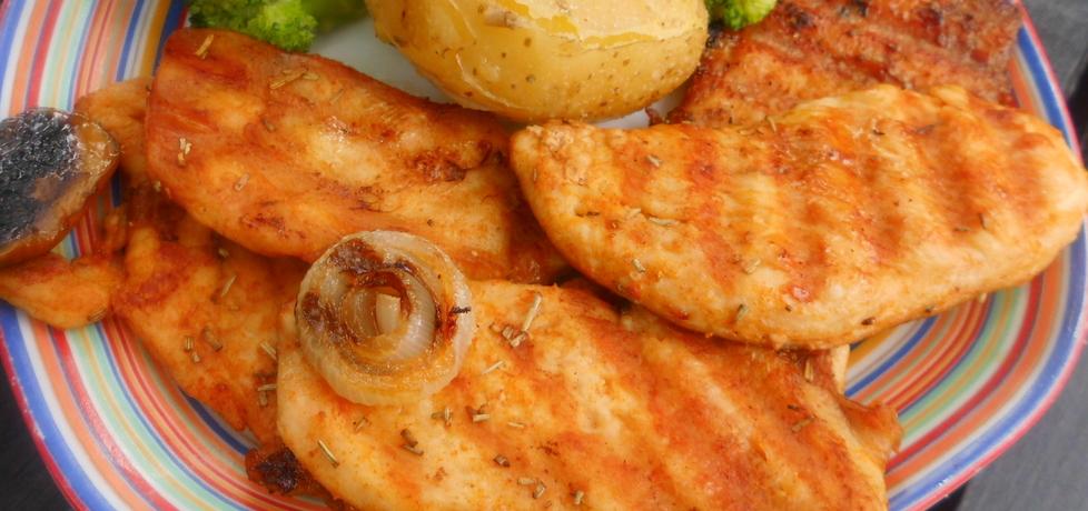 Filet grillowany podany z ziemniakami w mundurkach. (autor ...
