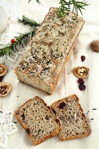 Chleb świąteczny z żurawiną i orzechami włoskimi
