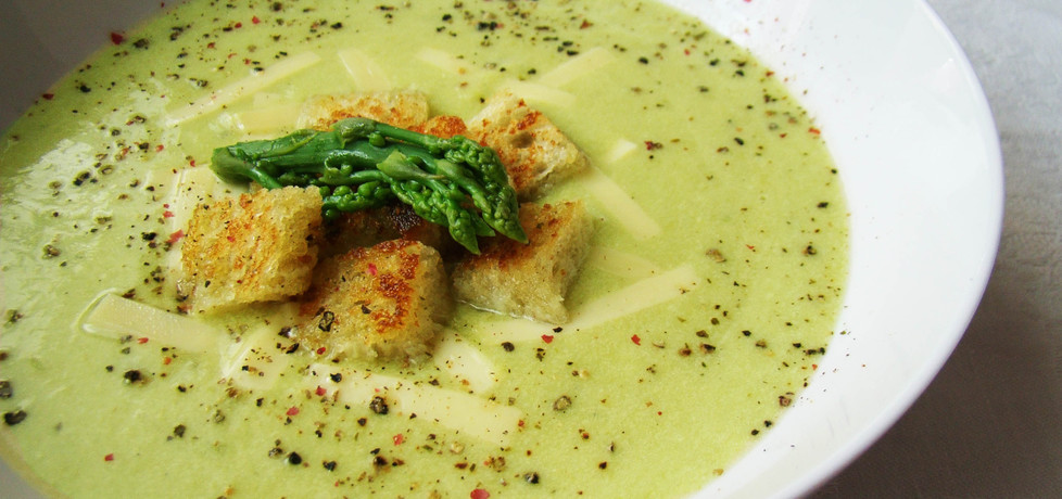 Zupa krem z zielonych szparagów podana z czosnkowymi grzankami