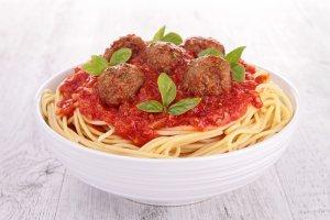 Makaron spaghetti z pulpetami w sosie pomidorowym