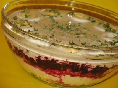 Sałatka warstwowa z burakami i żółtym serem