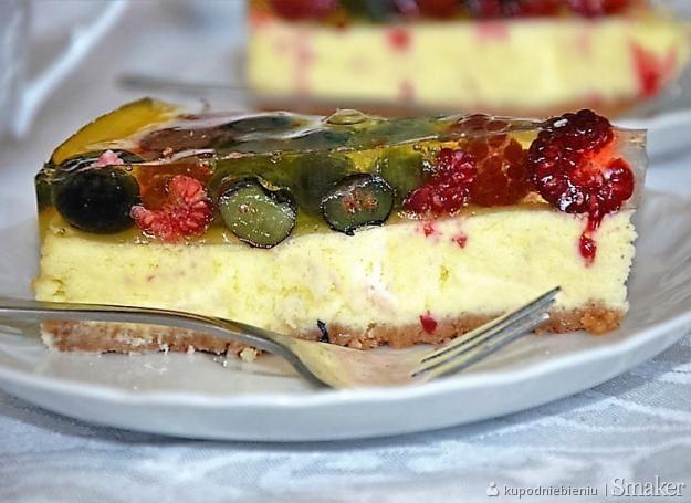 Delikatny sernik waniliowy z owocami lata i cytrynową galaretką ...
