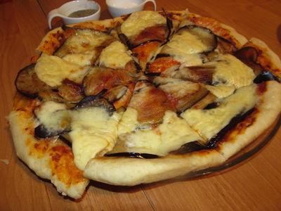 Pizza z bakłażanem i mozzarellą.