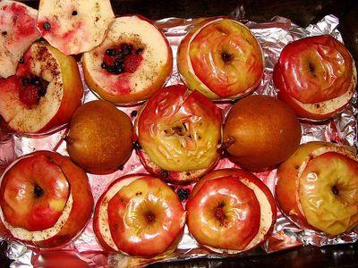 Pieczone jabłka z malinami, jagodami i miodem