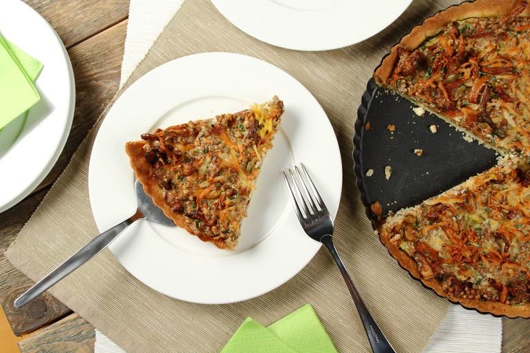 Tarta z kaszy gryczanej z leśnymi grzybami, grillowaną cukinią i serem