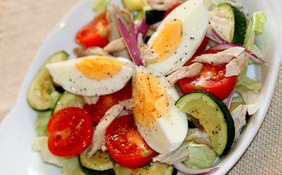 Sałatka z jajkami i makrelą
