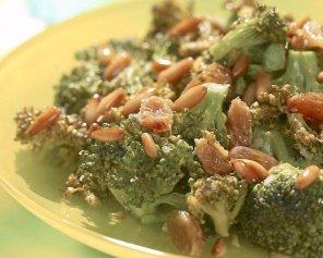 Sałatka brokułowa z rodzynkami  prosty przepis i składniki
