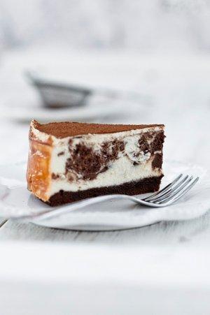 Sernik marmurkowy z czekoladą i na spodzie brownie