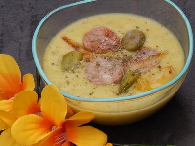 Zupa krem z bobu z chrzanem wasabi i smażoną białą kiełbasą ...