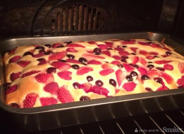 Jogurtowe ciasto z malinami, truskawkami i borówką amerykańską ...