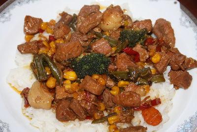 Gulasz z szynki na podsmażanych warzywach ...