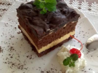 Ciasto czekoladowe z masą kajmakową i śliwkami w czekoladzie ...
