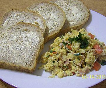 Jajecznica z szynką i pomidorem