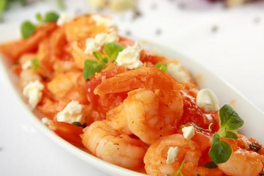 Smażone krewetki z sosem pomidorowym i fetą