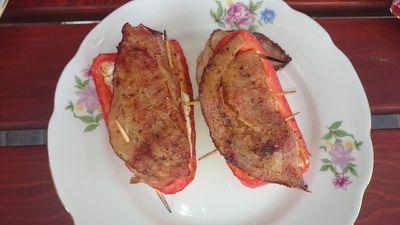 Papryka na grilla nadziewana serem, kiełbasą i boczkiem ...