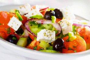 Horiatiki  wiejska sałatka grecka  prosty przepis i składniki