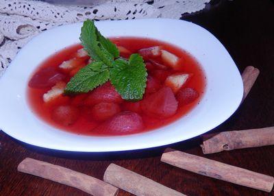 Zupa truskawkowa z cynamonem i chili