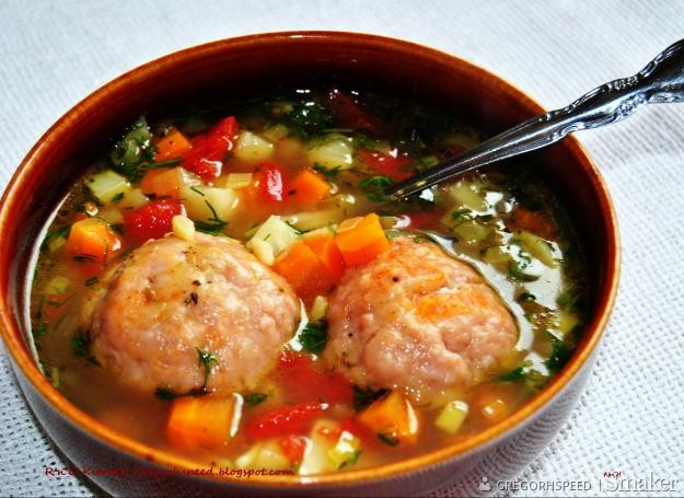 Zupa warzywna z pulpecikami nadziewanymi mozzarellą
