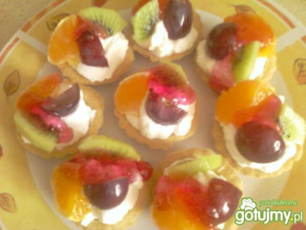 Babeczki ze śmietaną i owocami  przepisy kulinarne