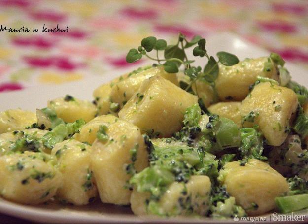 Leniwe z sosem brokułowym na bazie jogurtu