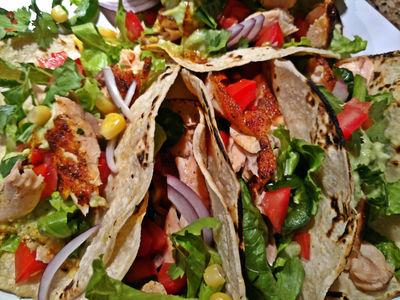 Łososiowe tacos z salsą awokado