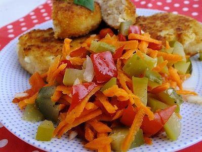 Surówka z kiszonych ogórków, papryki i marchewki