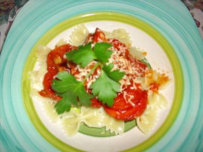 Farfalle z sosem pomidorowym,szynką parmeńską i marchewką ...