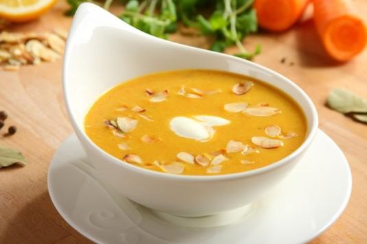 Zupa krem z marchewki z migdałami