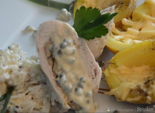 Gotowana roladka z kurczaka nadziewana pieczarkami z sosem ...