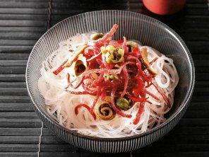 Makaron ryżowy z salami i sosem rybnym