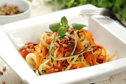 Spaghetti z cukinii, marchewki z sosem pomidorowym i suszonymi ...