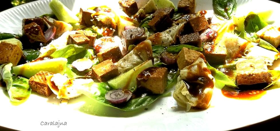 Salatka z marynowanym tofu, ogórkiem i sercami karczochów (autor ...