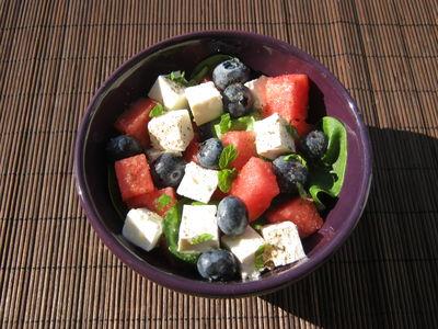 Sałatka z arbuzem, serem feta, szpinakiem i borówkami ...