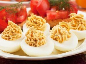 Jajka faszerowane pastą z suszonych pomidorów i bazylii