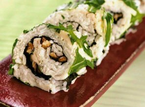 Sushi maki z gorgonzolą i orzechami