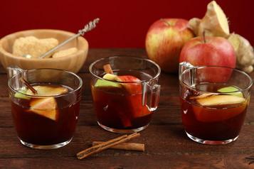 Rozgrzewająca herbata z syropem z czarnego bzu i owocami ...