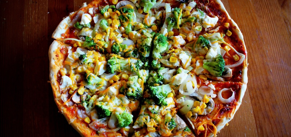 Pizza z brokułami, fetą i kukurydzą (autor: pyszota)