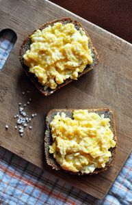 Maślana jajecznica z cebulką na grzance!