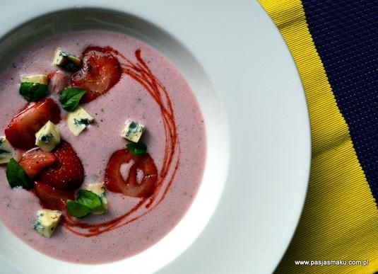 Chłodnik truskawkowy z bazylią, imbirem i serem dor blue