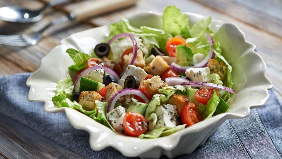 Przepis na sałatkę z serem i oliwkami