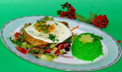 Sznycle drobiowe z jajem sadzonym podanym na sałatce ...