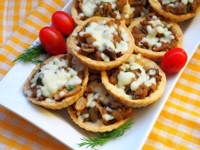 Kruche babeczki z pieczarkami i serem
