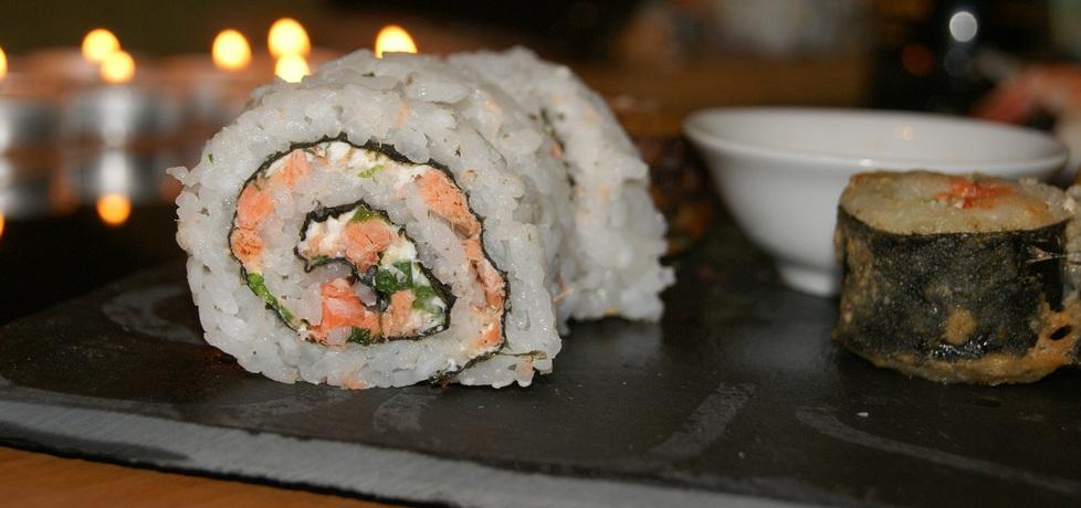 California roll sushi z philadelphią szczypiorkiem i łososiem (autor ...