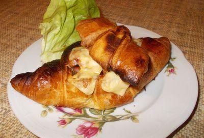 Croissanty nadziewane kiełbasą i serem