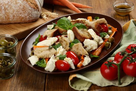 Sałata z włoskiej wioski z warzywami, mozzarellą i chlebem ...