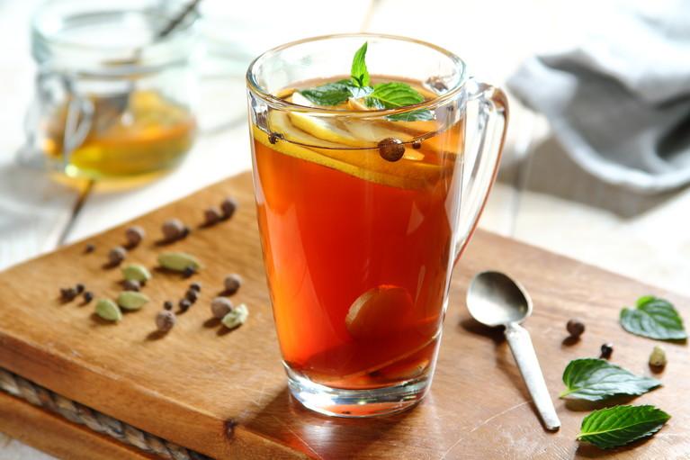Rozgrzewająca zielona miętowa herbata na chłodne wieczory ...