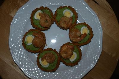 Babeczki kruche z pastą z zielonego groszku, jajkiem przepiórczym i ...