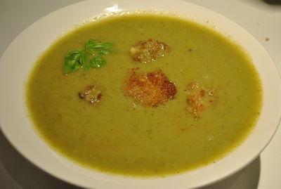 Zupa brokułowa z kulkami ryżowymi i kurczakiem