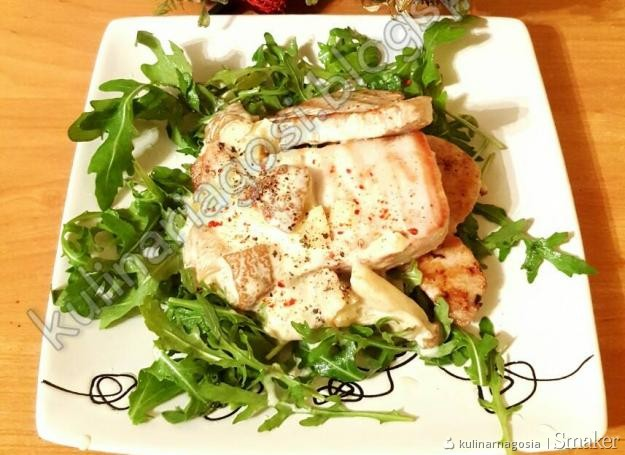 Tuńczyk na rukoli z sosem borowikowym